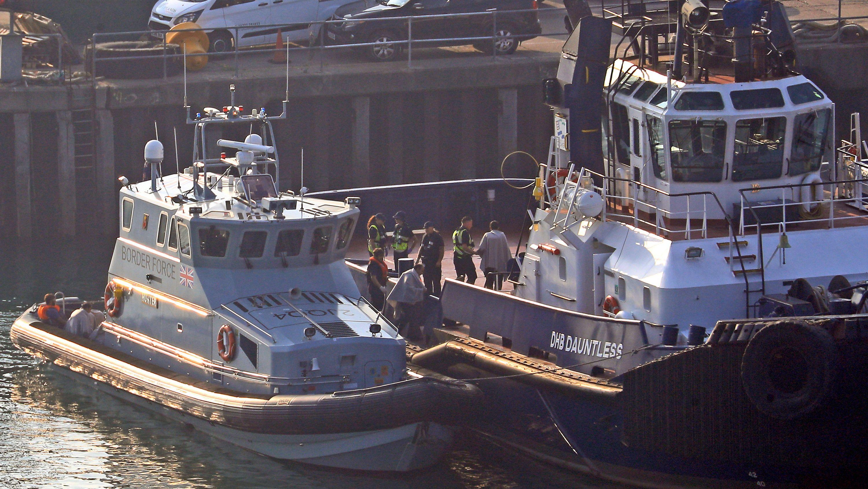 Archivbild: 27.08.2019, Großbritannien, Dover: Ein Boot der Grenzschutzbehörde bringt eine Gruppe Migranten an Land.