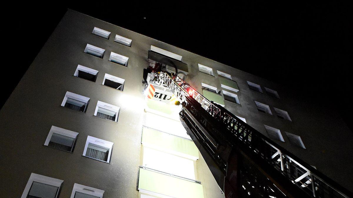 Die Münchner Feuerwehr mit einer Drehleiter bei Löscharbeiten in der Nacht auf den 01.11.2020 in München-Moosach