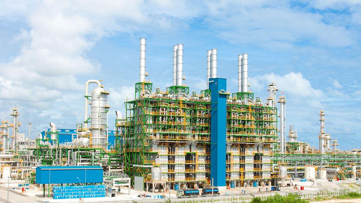 Eine petrochemische Anlage. Bei der Förderung von Öl und Gas wird das klimaschädliche Treibhausgas Methan frei. Der neue UNEP-Report zu Methan-Emissionen 2021 rechnet vor, wieviel Methan schnell eingespart werden könnte - und welche massiven Kosten damit ebenfalls sinken würden.
