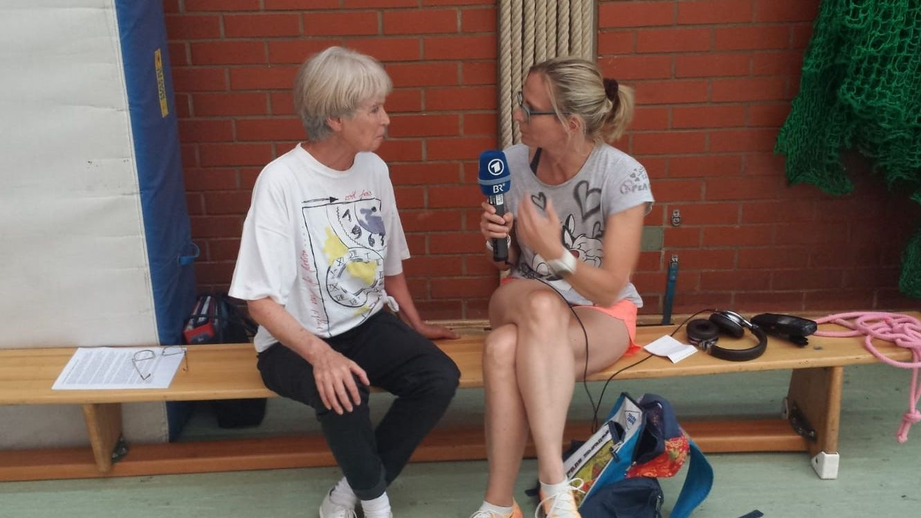 Ursula Staudter, Übungsleiterin beim TSV Unterhaching, im Gespräch mit BR-Reporterin Heike Otto