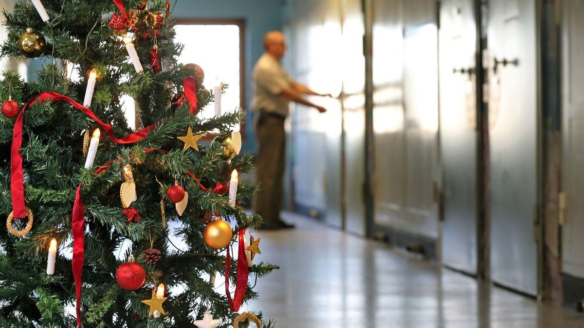 Geschmückter Weihnachtsbaum in einem Gefängnis (Symbolbild)