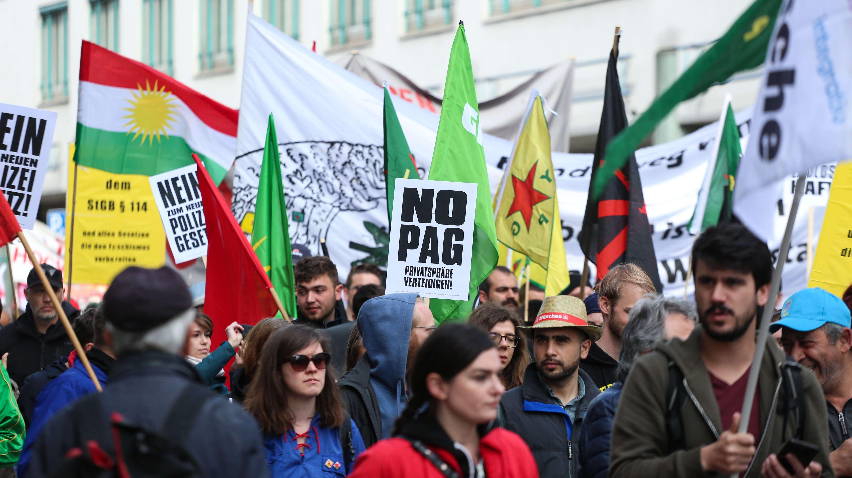 Gegner des Polizeiaufgabengesetzes bei einer Demonstration.