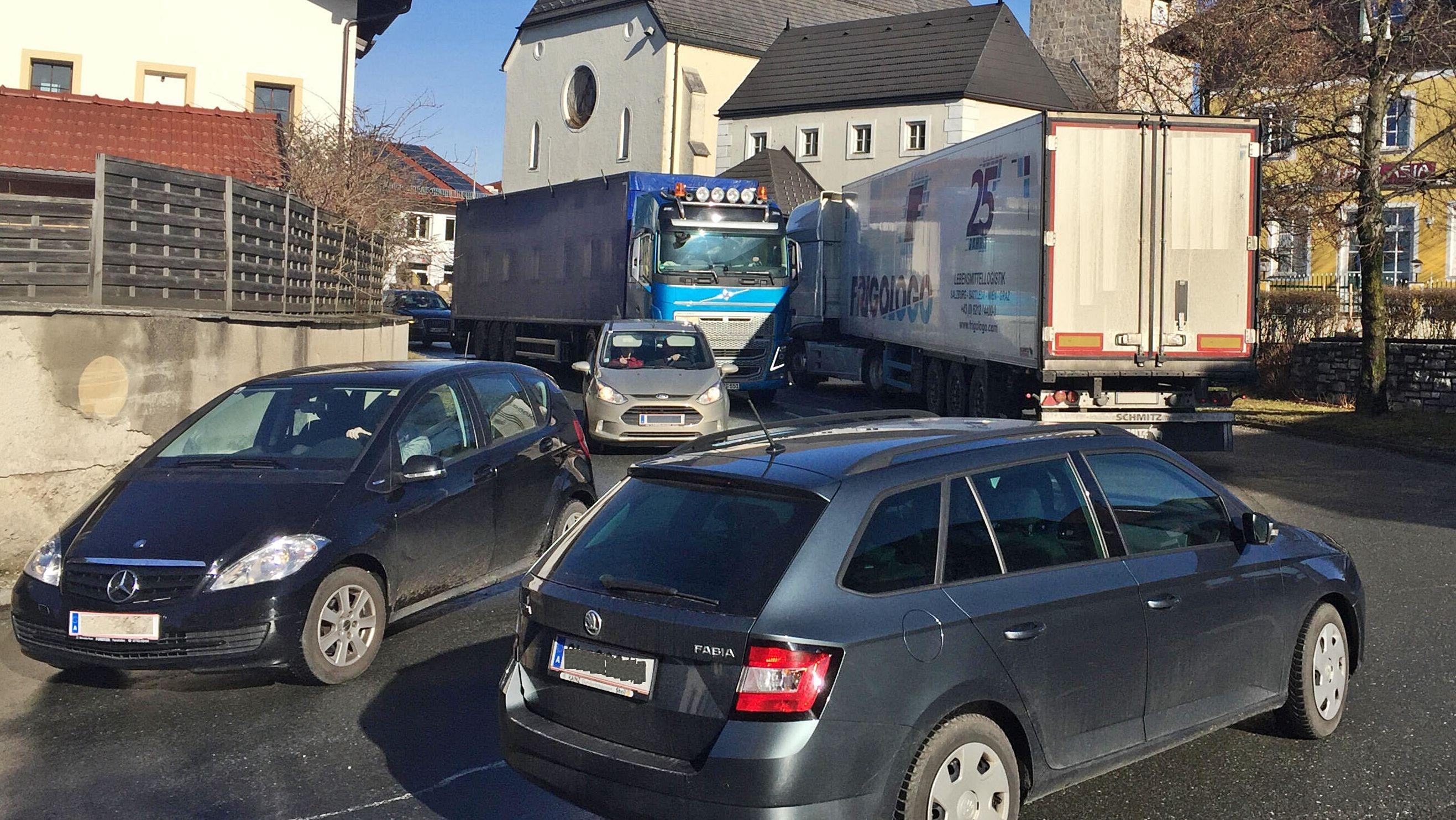 Ortsdurchfahrt Lamprechtshausen. Viele LKW quälen sich über die B156 durch den Ort. Ab März soll die Straße für Laster gesperrt werden.