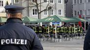 Polizist am Tatort in Augsburg. | Bild:dpa
