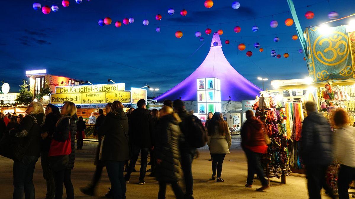 Blick auf den Weihnachtsmarkt des Tollwood Winterfestivals in München im November 2019.