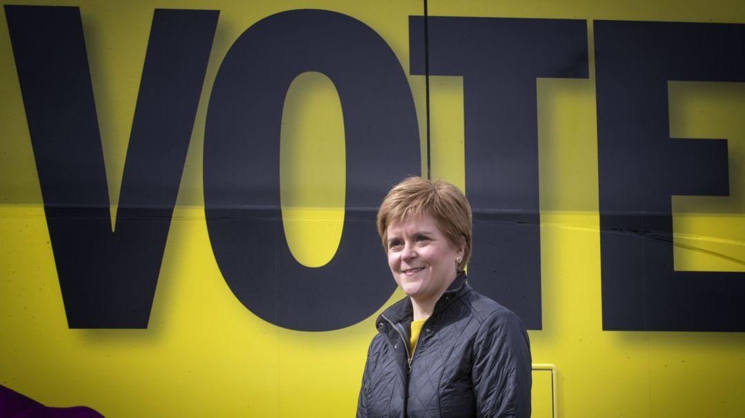 Nicola Sturgeon, Erste Ministerin von Schottland und Vorsitzende der Schottischen Nationalpartei (SNP) steht neben dem Wahlkampfbus der Partei