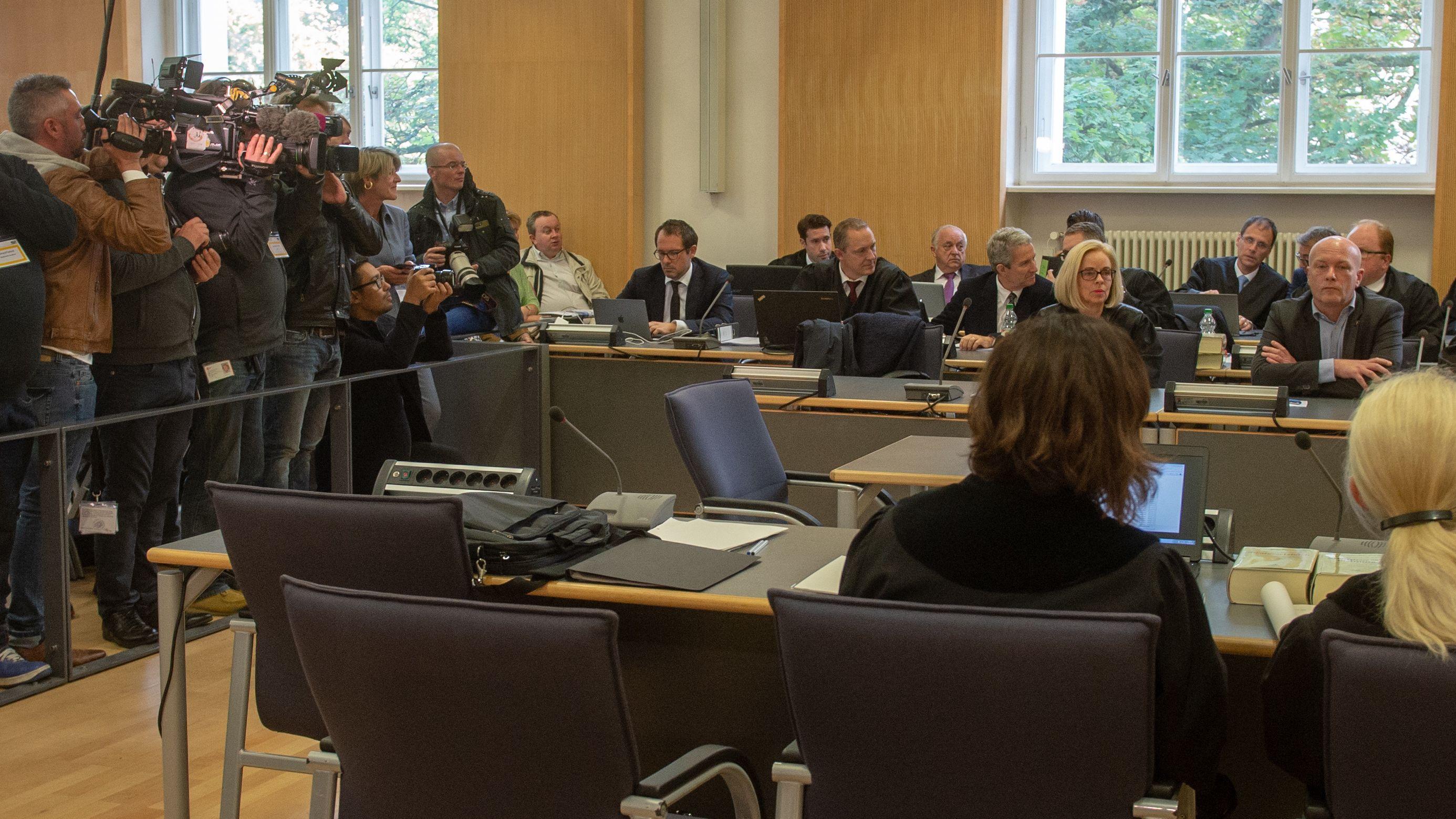 Kamerateams filmen Joachim Wolbergs im Gerichtssaal des Landgerichts Regensburg