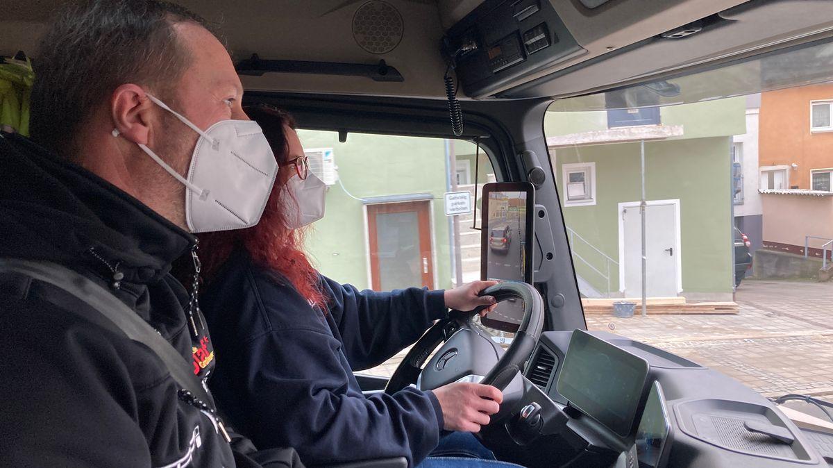 Kira Keltz mit Fahrlehrer im Lkw
