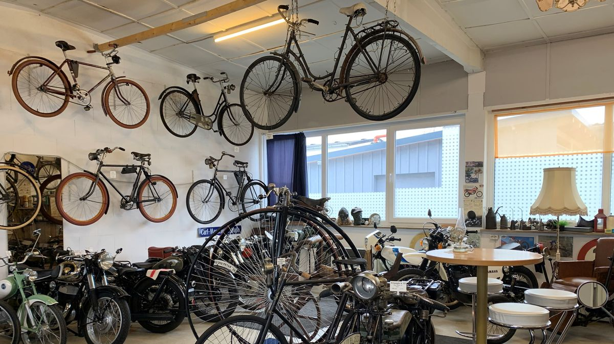 Nicht nur Motorräder auch zahlreiche Fahrräder sind in Helmut Segerts Privatsammlung zu sehen.