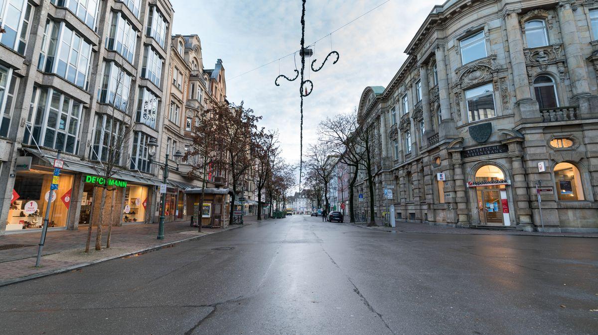 Leere Straße in Augsburg im Winter 2020