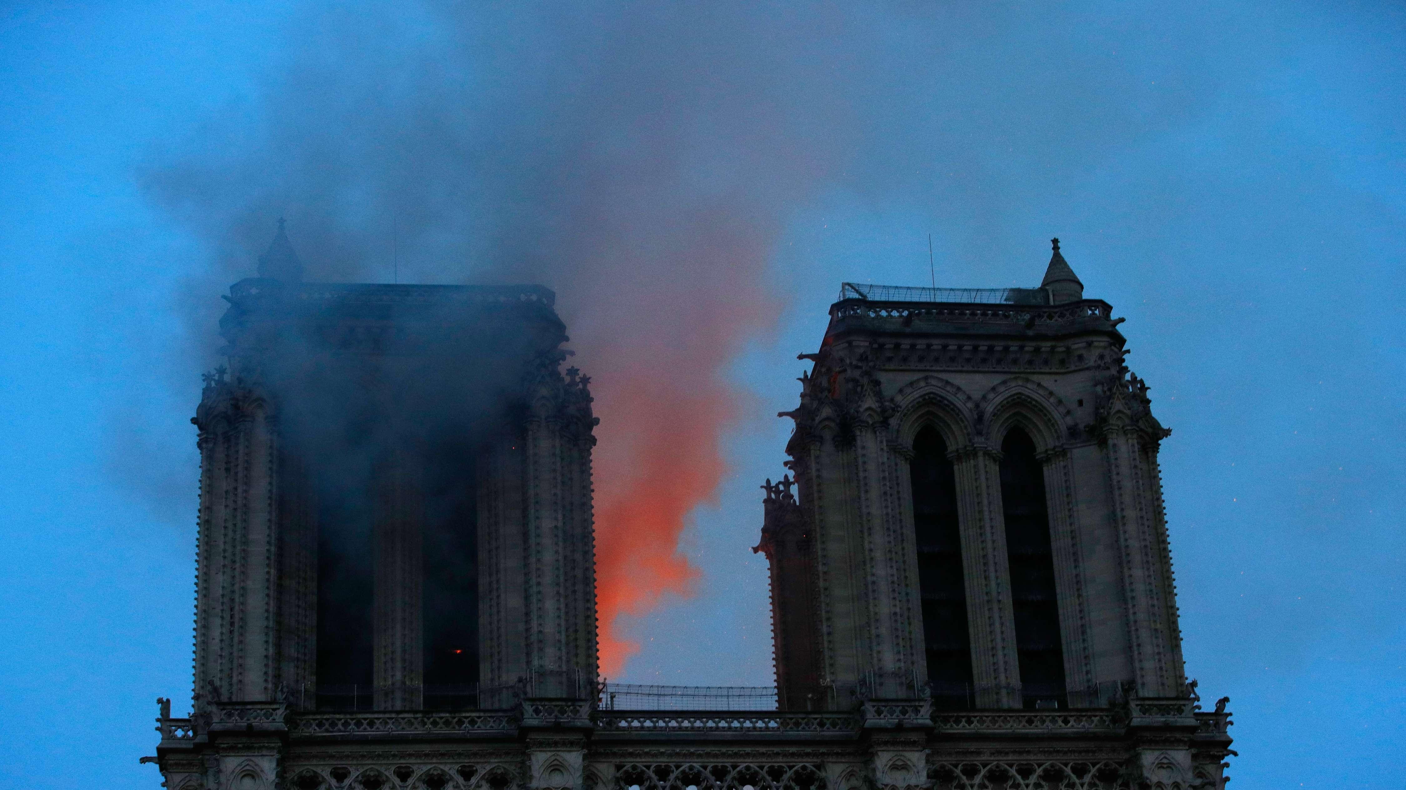 Brennende Türme der Notre-Dame.