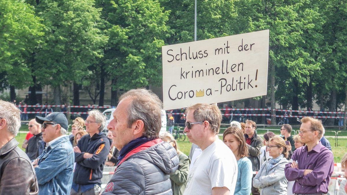 Gegner der aktuellen Corona-Politik auf einer Demonstration in München