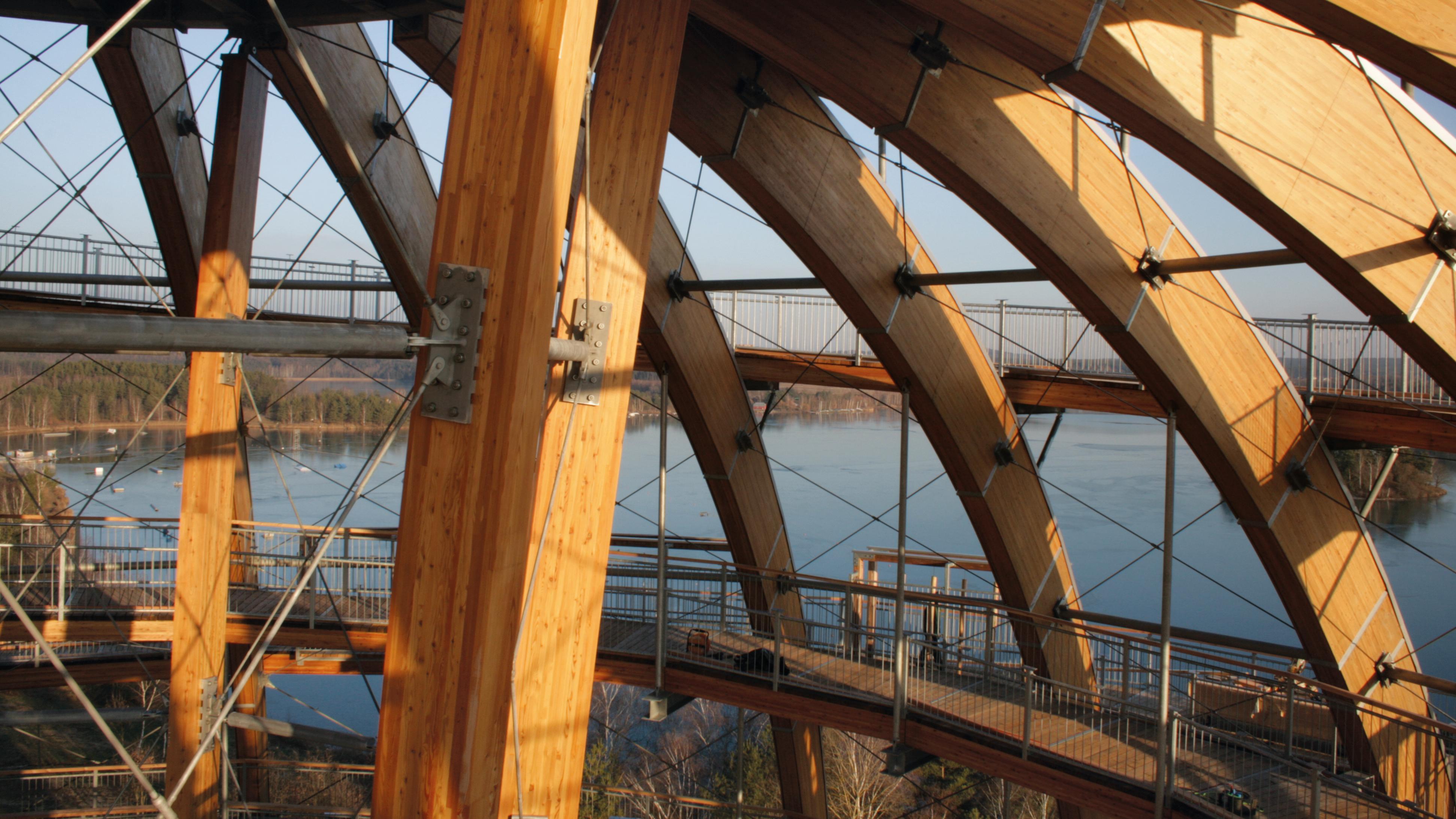 Die Holzkugelkonstruktion von innen