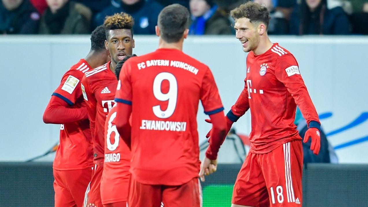 Münchens Doppeltorschütze Leon Goretzka (r) jubelt mit Mannschaftskollegen über seine Treffer.