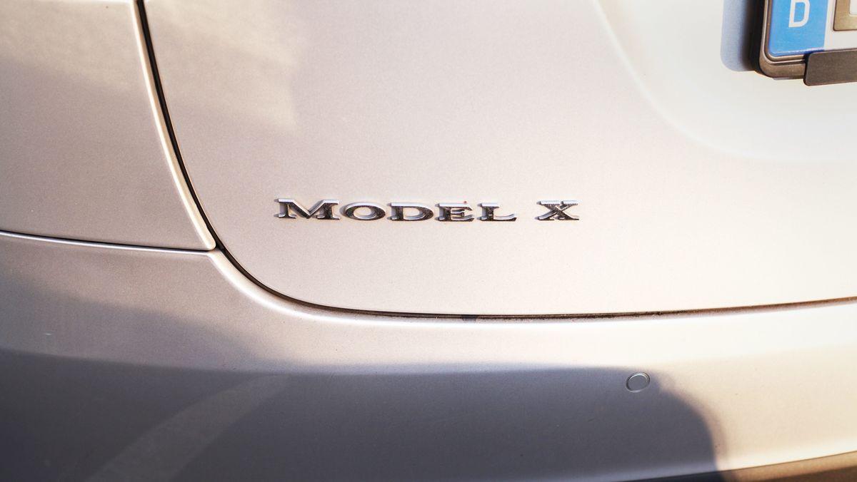 Der Schriftzug Model X an einem Model X von Tesla.