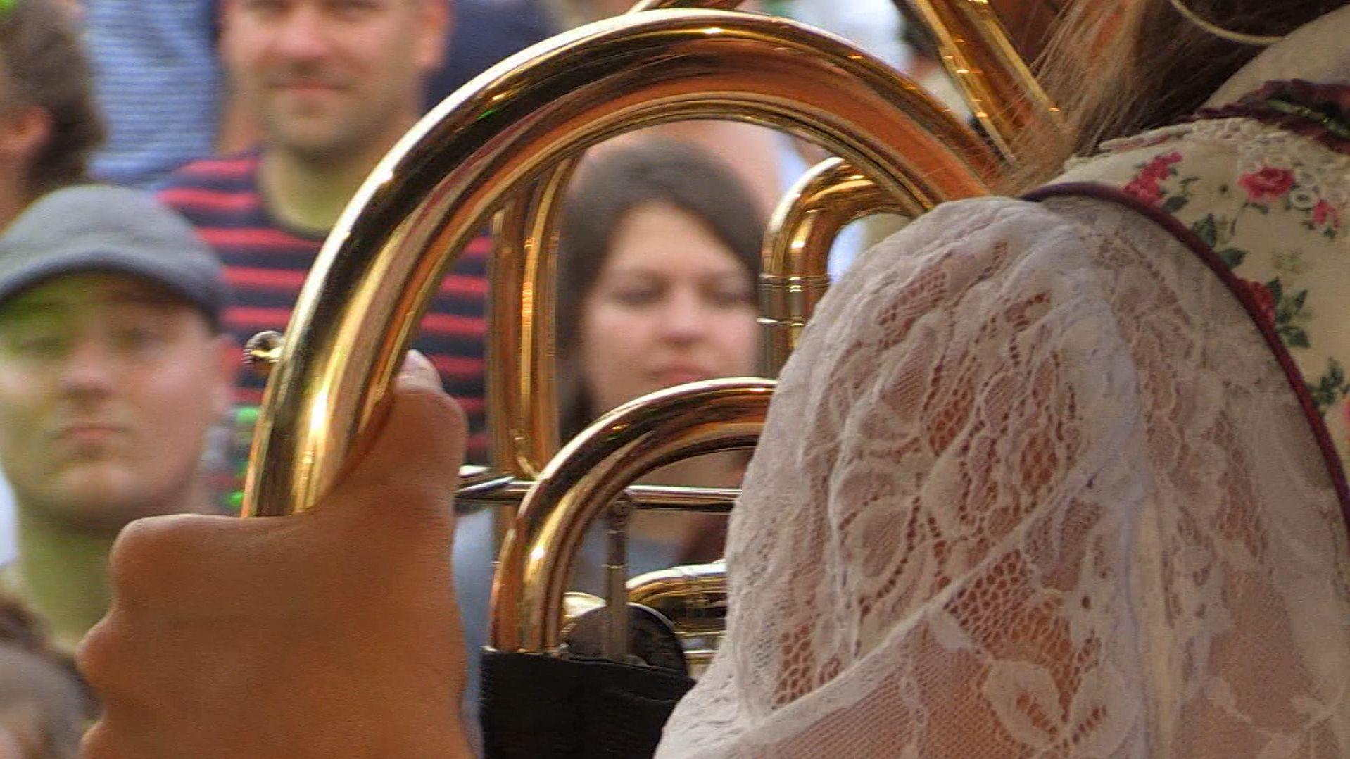 Blasmusiker vor Zuschauern