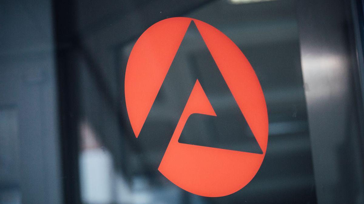 Das Logo der Arbeitsagentur an einer Glasscheibe (Symbolbild)