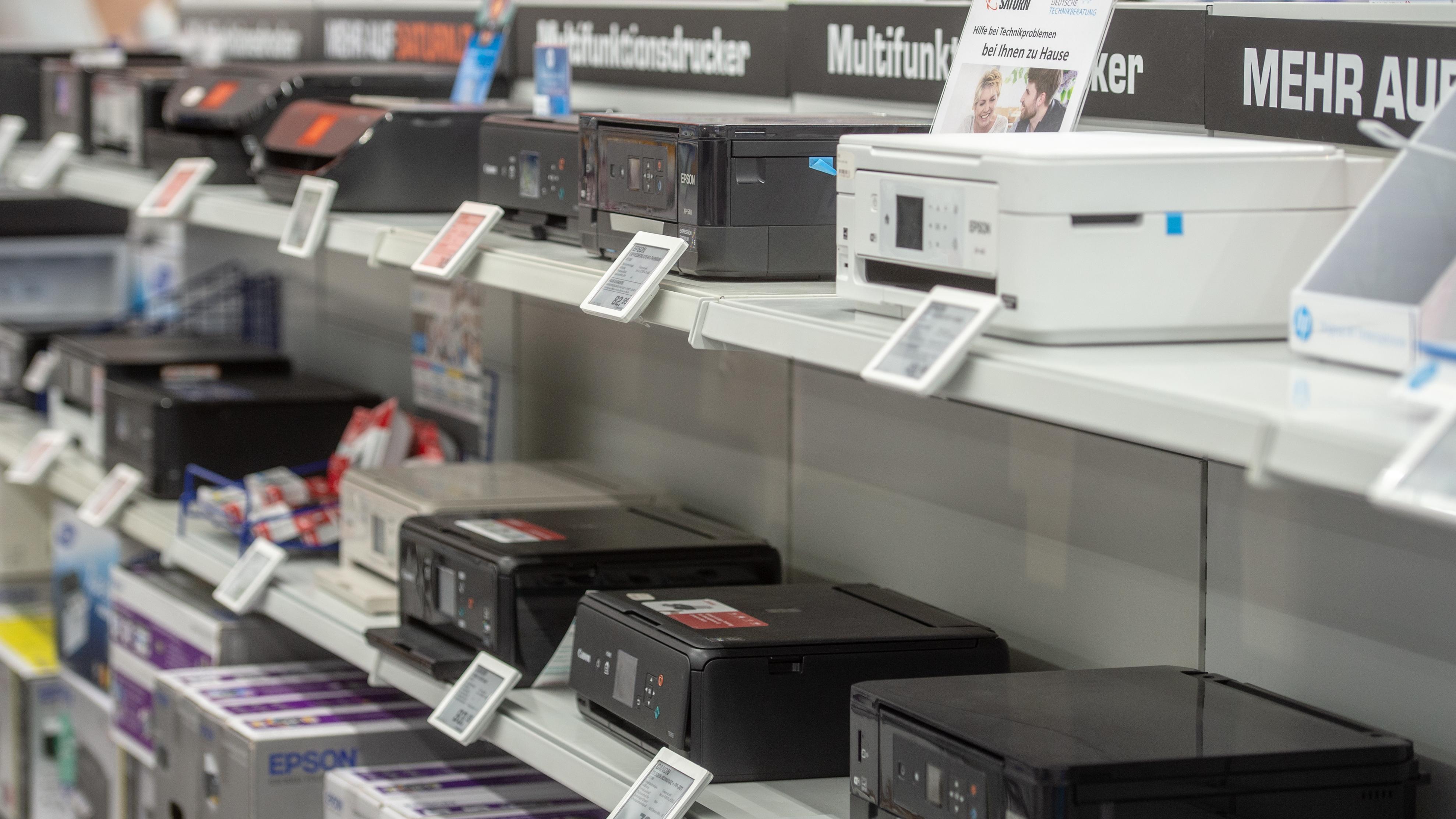Drucker stehen in einem Elektronikmarkt