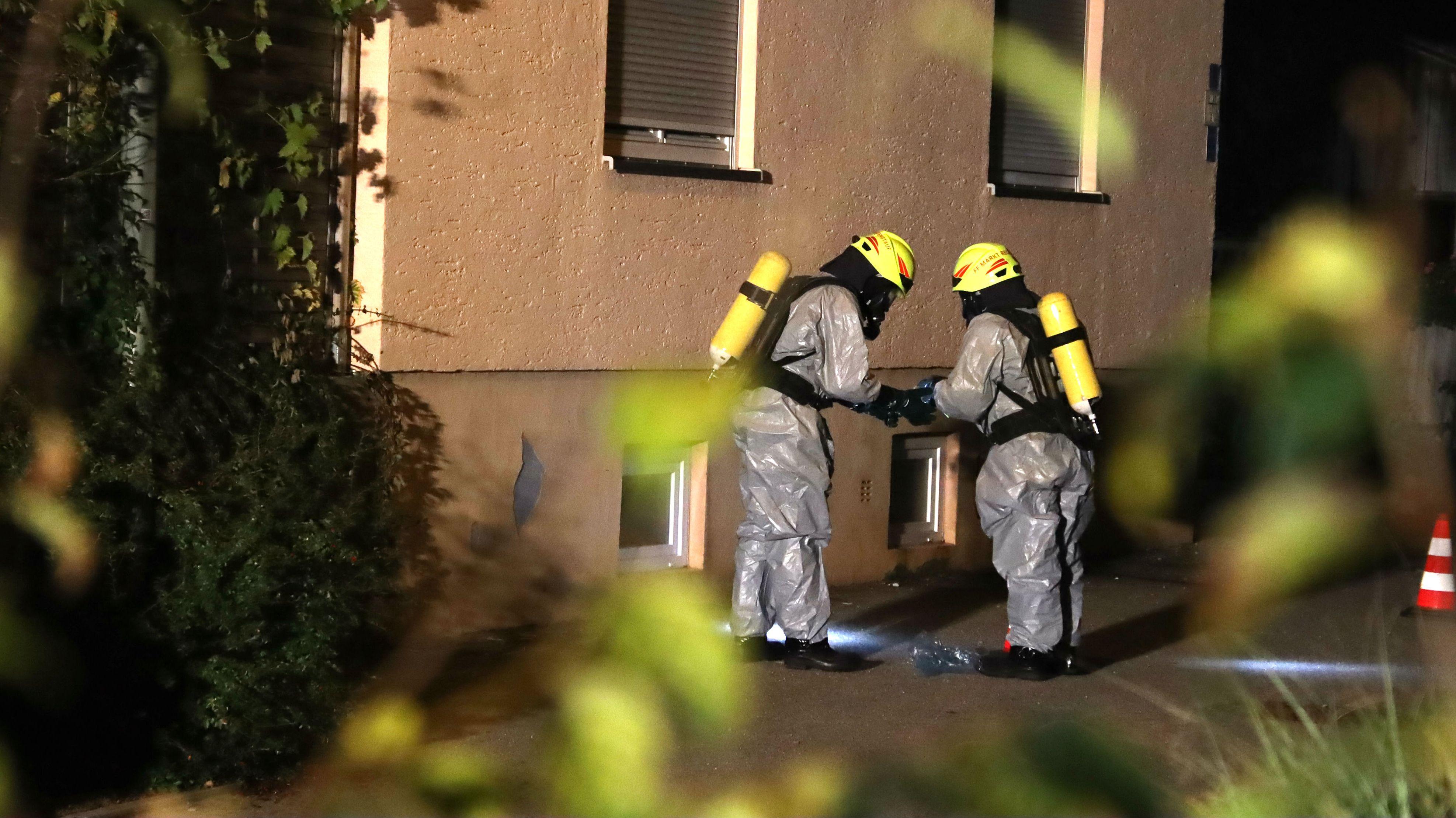 Mit Schutzanzügen untersuchten Einsatzkräfte der Feuerwehr Regenstauf den Tatort.