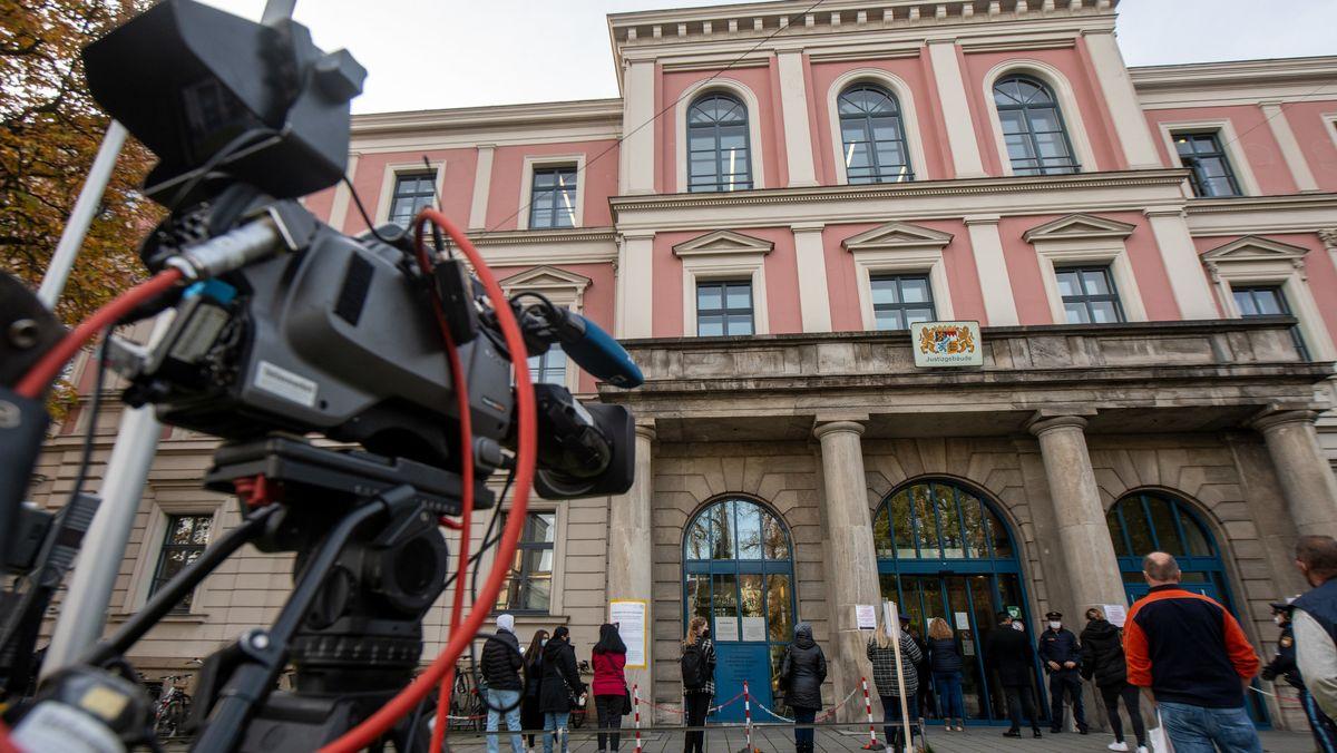 Kamera vor dem Eingang zum Augsburger Landgericht