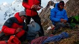 David Lama (l.) und Hansjörg Auer im Jahr 2014 bei der Besteigung des Masherbrum in Pakistan (in der Mitte Peter Ortner). | Bild:Manuel Ferrigato / Red Bull Content Pool