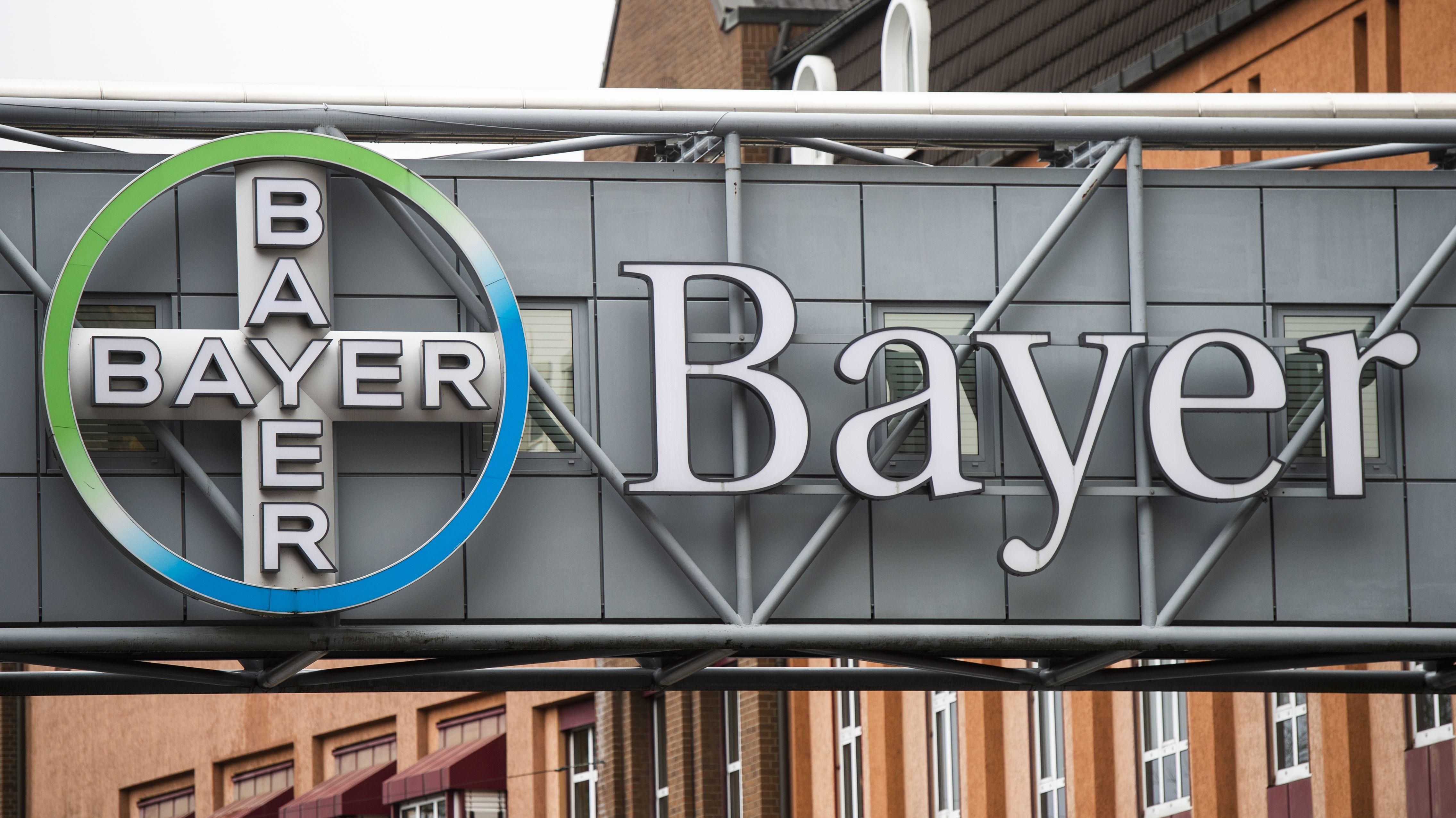 An einem Gebäude des Bayer-Konzerns hängt das Unternehmens-Logo.