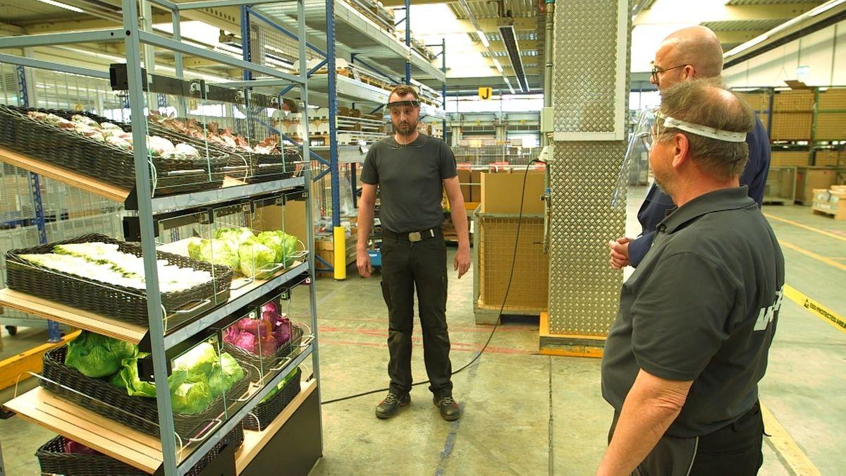 Männer stehen vor einem Gemüseregal