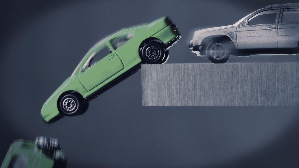 Autos fahren in einen Abgrund.
