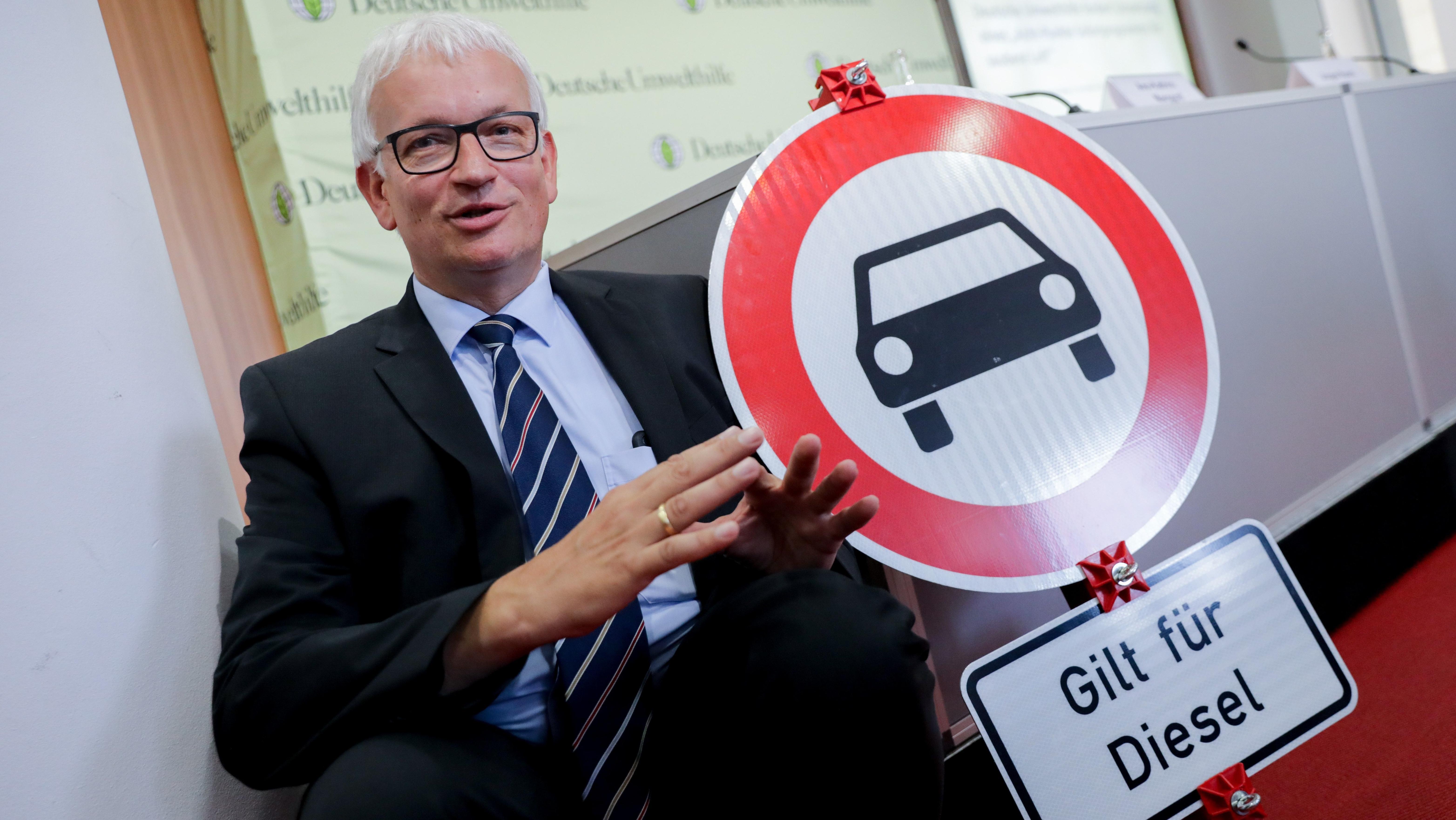 DUH-Geschäftsführer Jürgen Resch mit Diesel-Fahrverbotsschild
