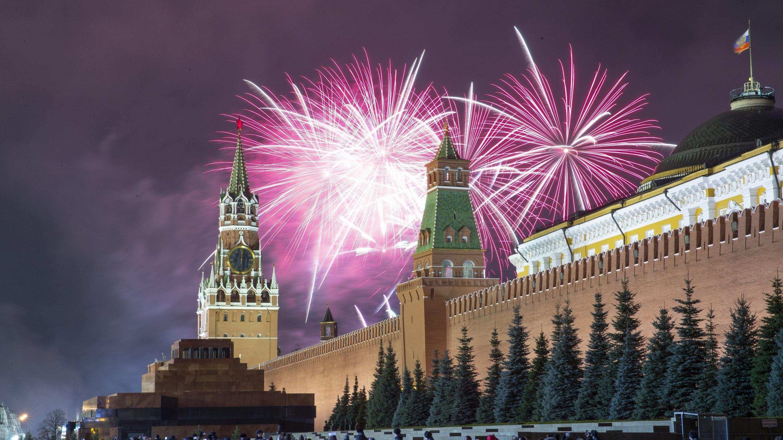 Feuerwerk explodiert über dem Kreml in Moskau während der Neujahrsfeierlichkeiten auf dem Roten Platz mit dem Spasskaja-Turm.