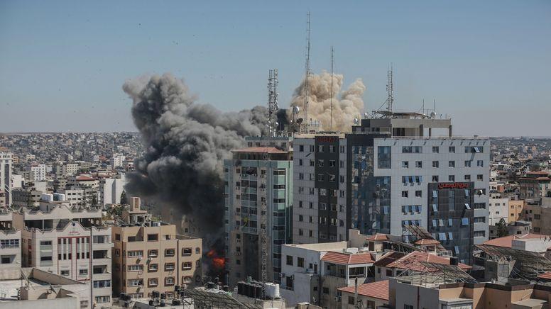 Rauch steigt aus einem Gebäude in Gaza-Stadt auf, in dem verschiedene internationale Medien untergebracht sind.   Bild:dpa-Bildfunk/Mohammed Talatene