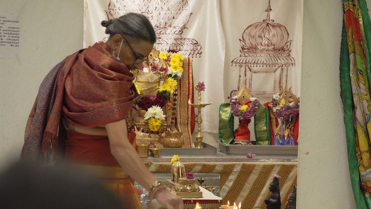 Der Priester des Hindu-Tempels am Altar