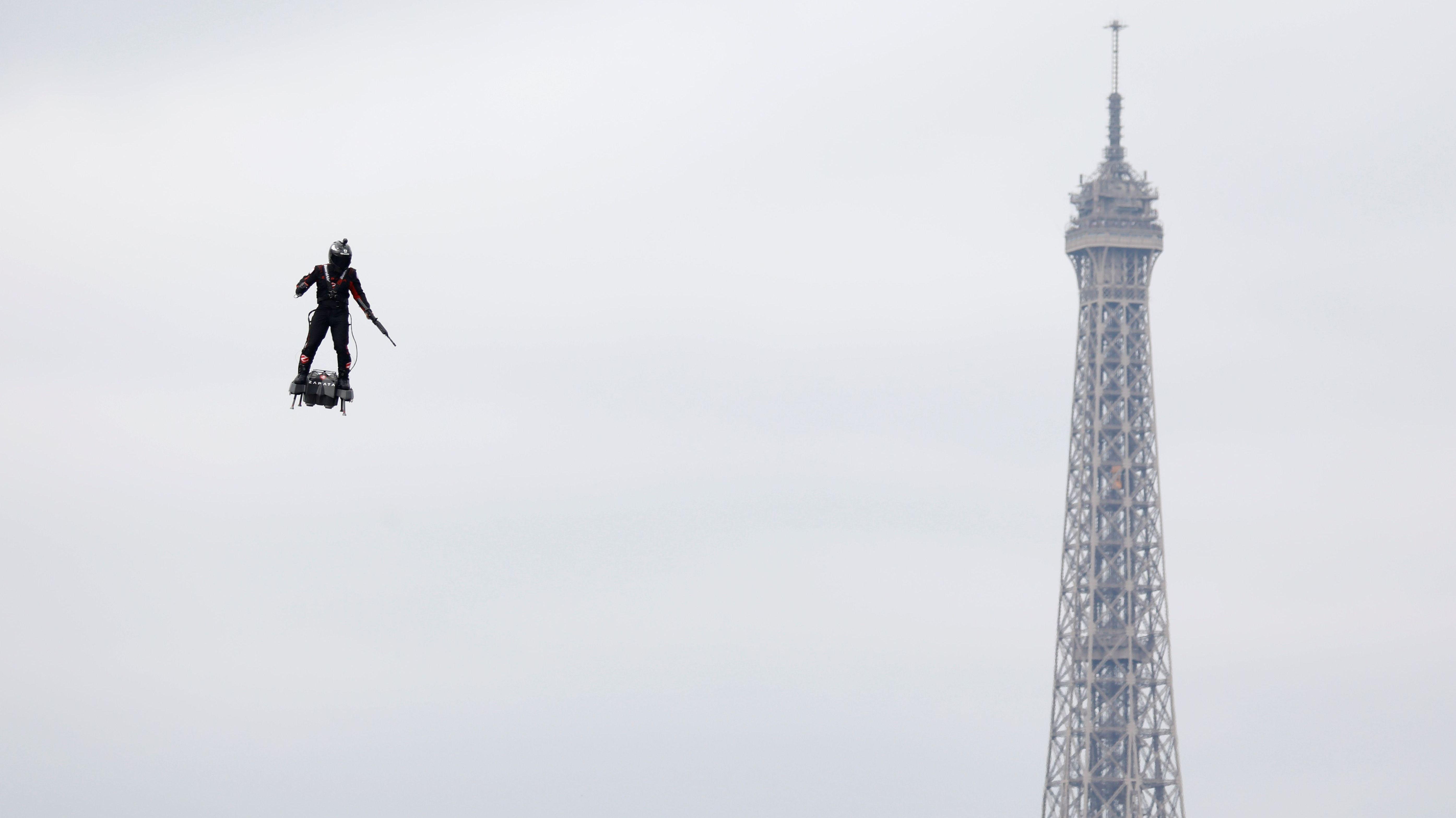 Mann fliegt um Eiffelturm