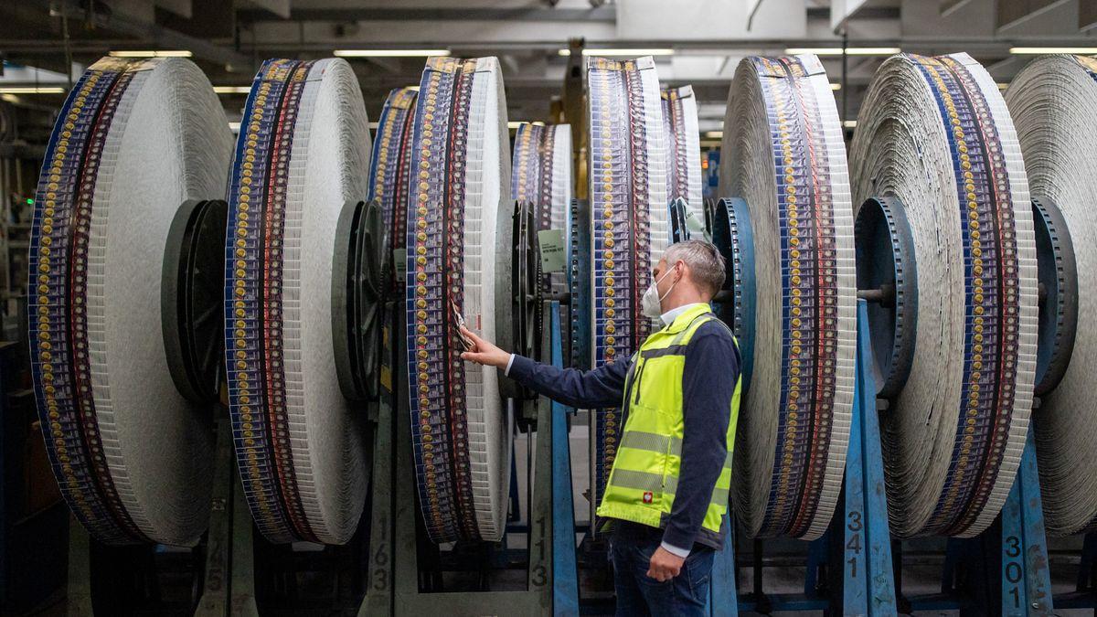 Printrollen mit Druckbögen stehen im Werk in der Druckerei Prinovis in Nürnberg.