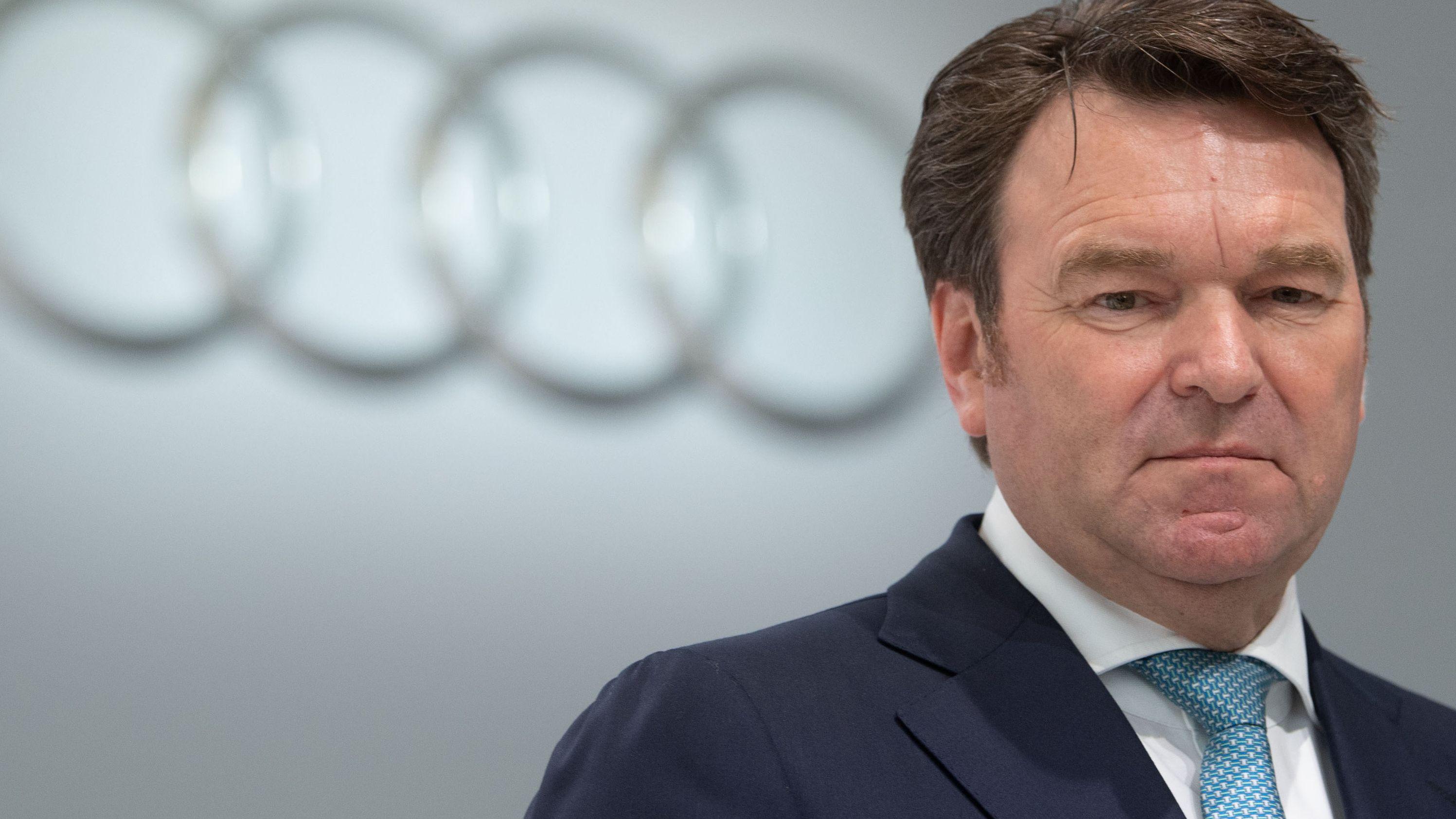 Audi-Chef Bram Schot vor dem Logo des Autobauers