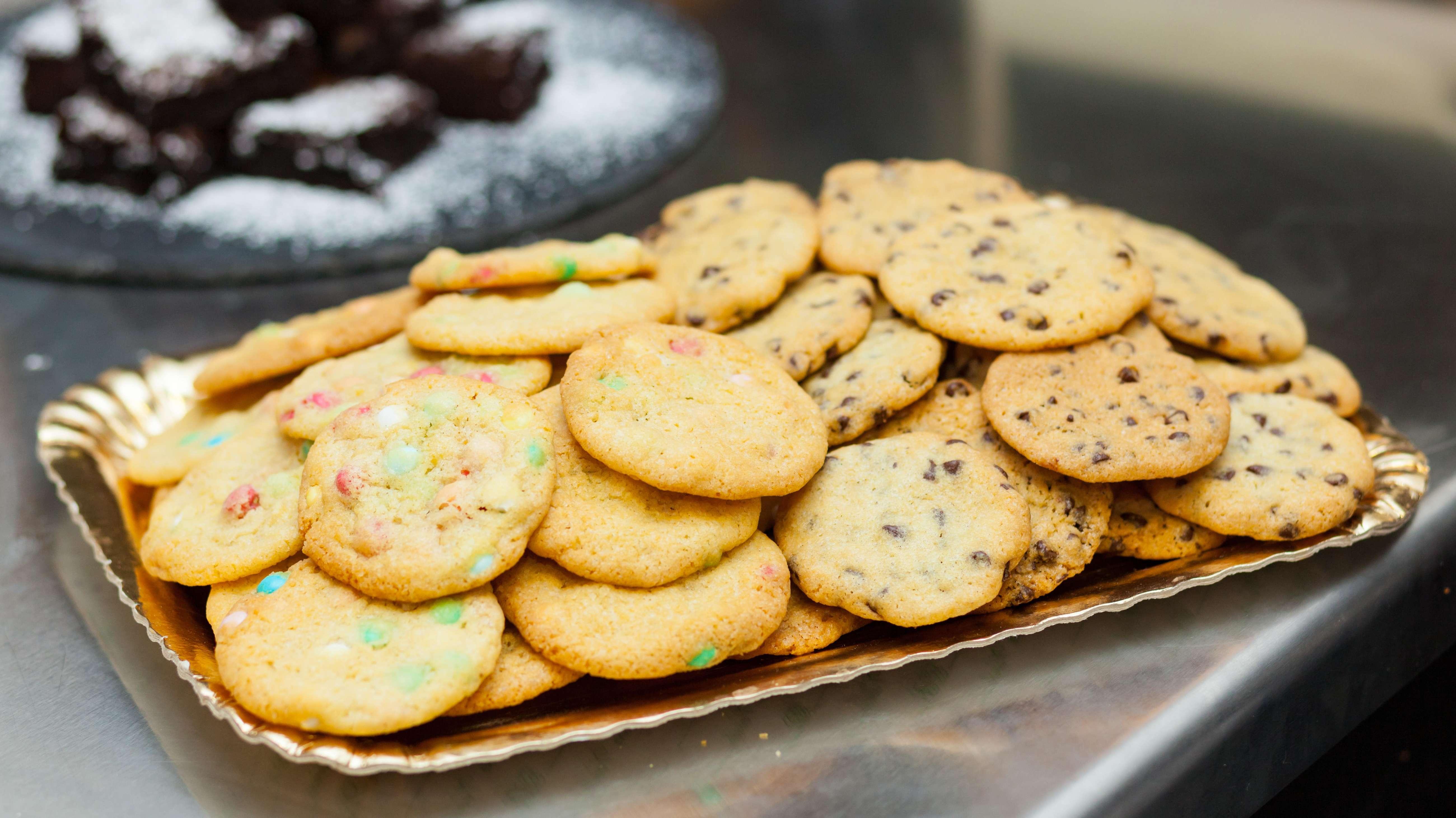 Kekse auf einem Tablett.