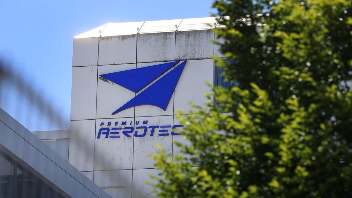 Das Logo der Airbus-Tochter Premium Aerotec am Hauptsitz des Unternehmens