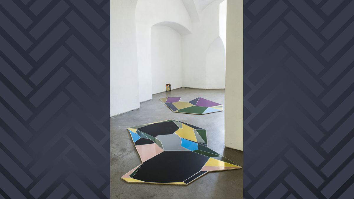 """""""Umständlichkeit der Umgebung"""" (2018, Spanplatte, Autofolie)"""