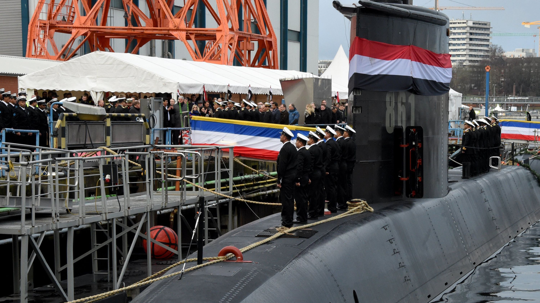 """Besatzungsmitglieder stehen auf der Werft von ThyssenKrupp Marine Systems bei der Übergabe eines neuen U-Bootes an die Marine der Arabischen Republik Ägypten auf dem Boot """"S-41""""."""