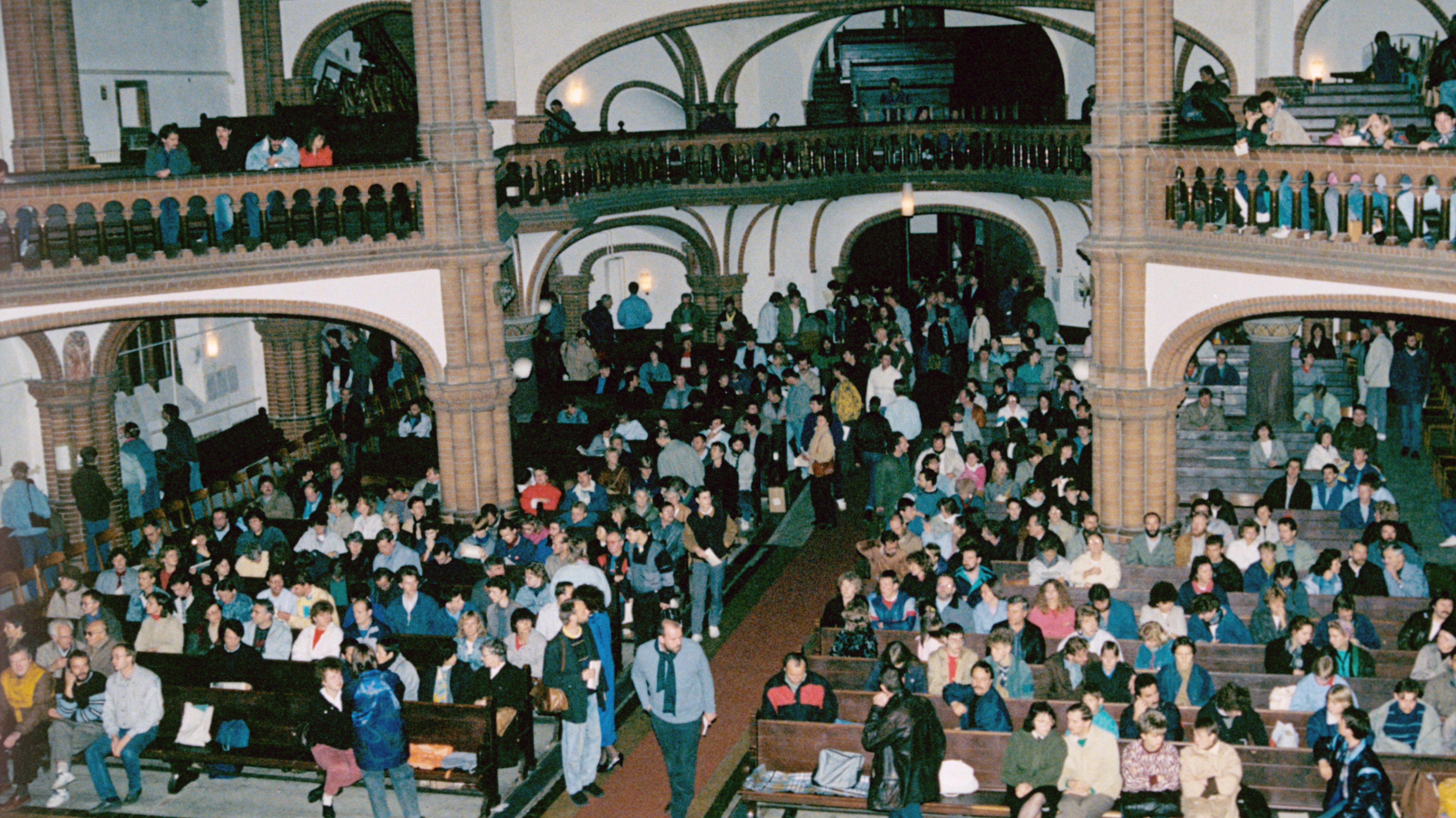 Konzert staatskritischer Künstler in der Berliner Erlöserkirche im Oktiober 1989