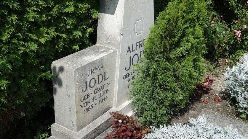 Eine Thuja verdeckt die Inschrift auf dem Grabstein für Alfred Jodl auf der Fraueninsel.
