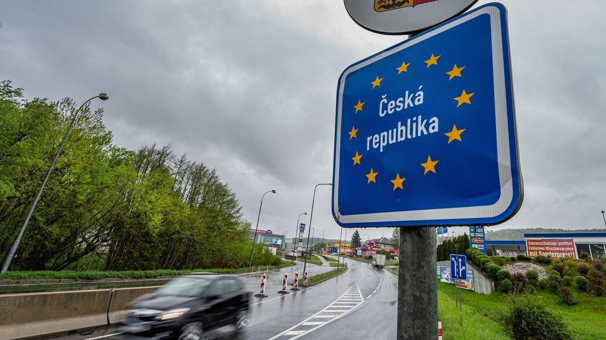 """Schild mit der Aufschrift """"Tschechische Republik"""" an der deutsch-tschechischen Grenze"""