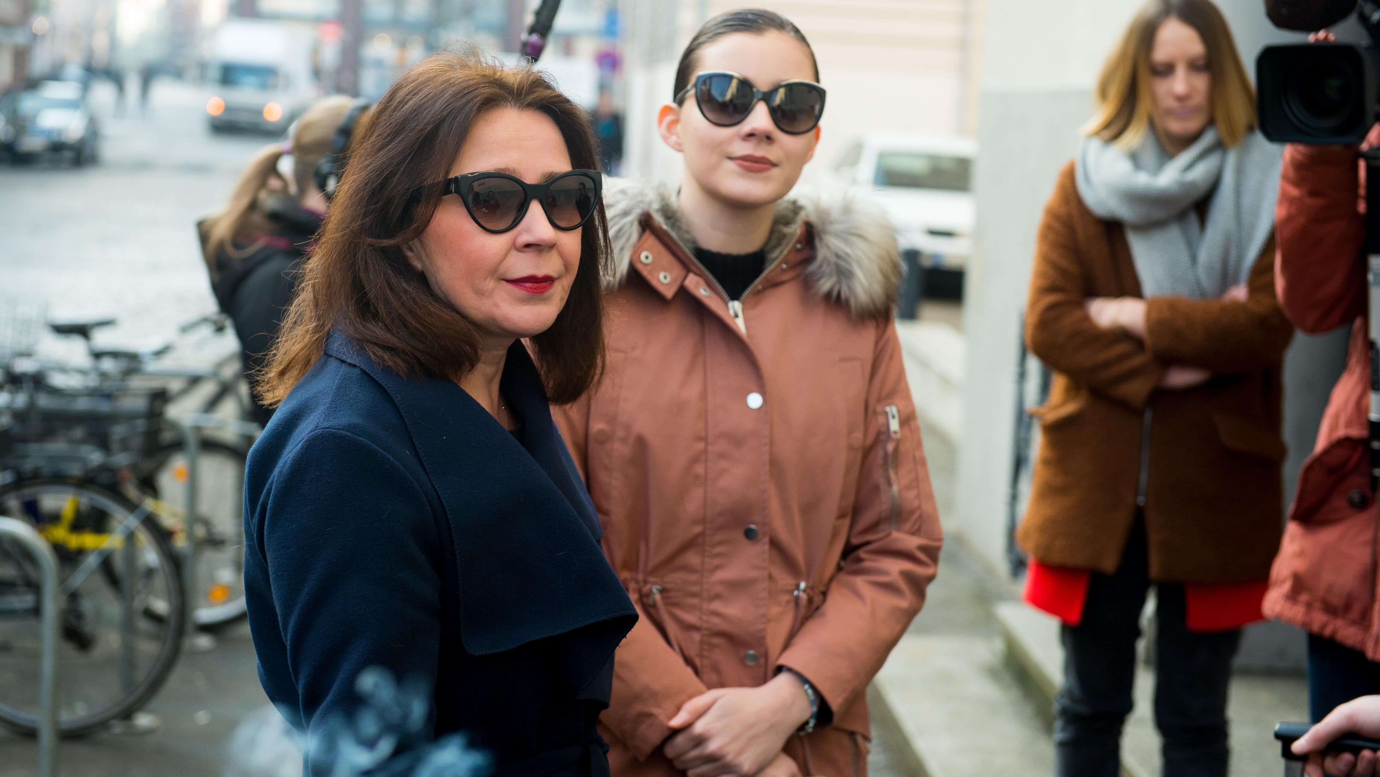 Die als Zeugin in einem Prozess gegen ihre Mutter (l) geladene Nathalie Volk (2.v.l) am 06.03.2018, vor dem Landgericht Niedersachsen , Lüneburg.