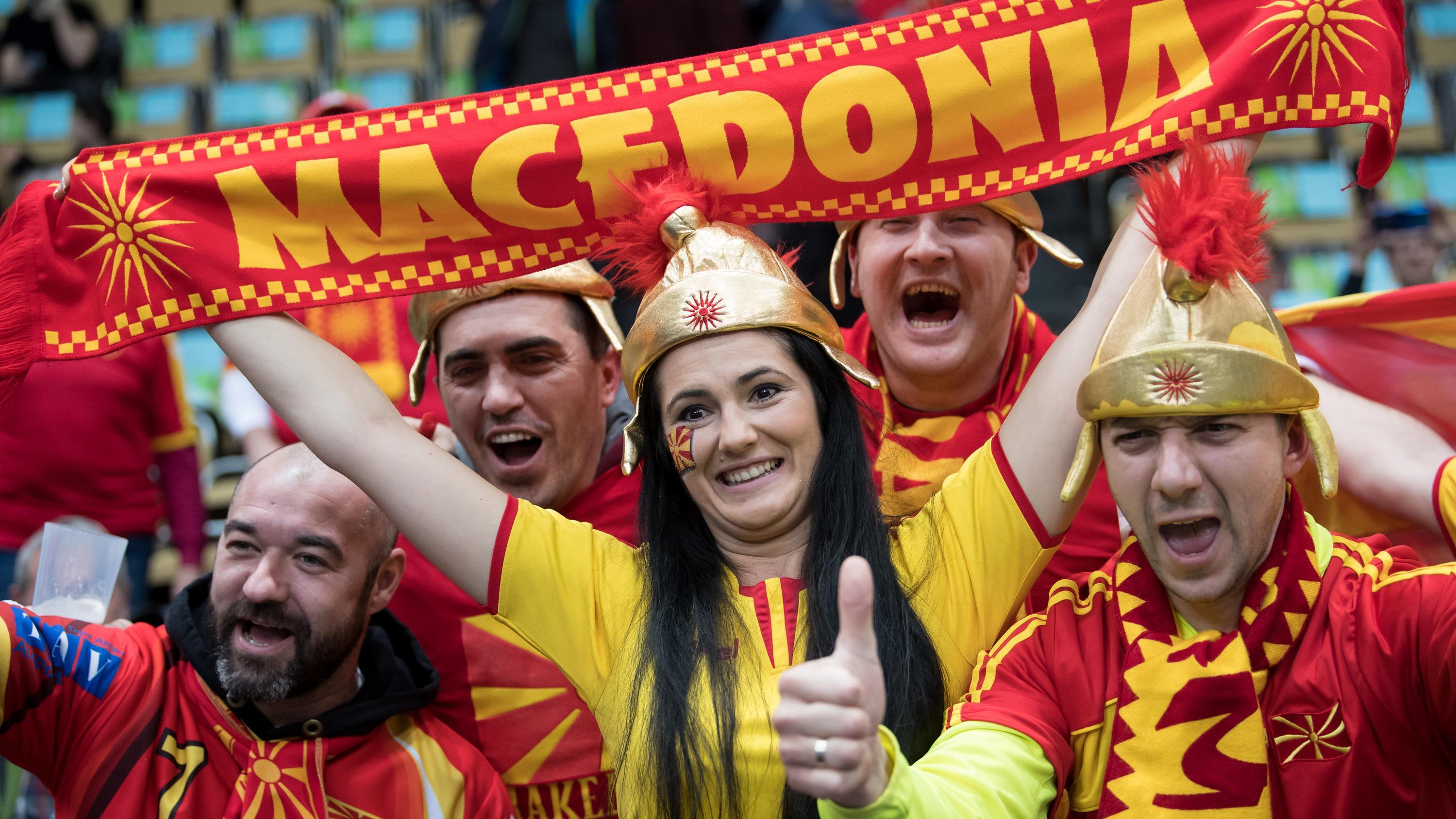Fans der Handball-Nationalmannschaft von Mazedonien in der Olympiahalle München