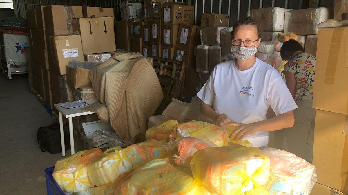 Landsaid-Projektleiterin Carola Gerhardinger mit gepackten Hilfsgütern, im Vordergrund Windeln
