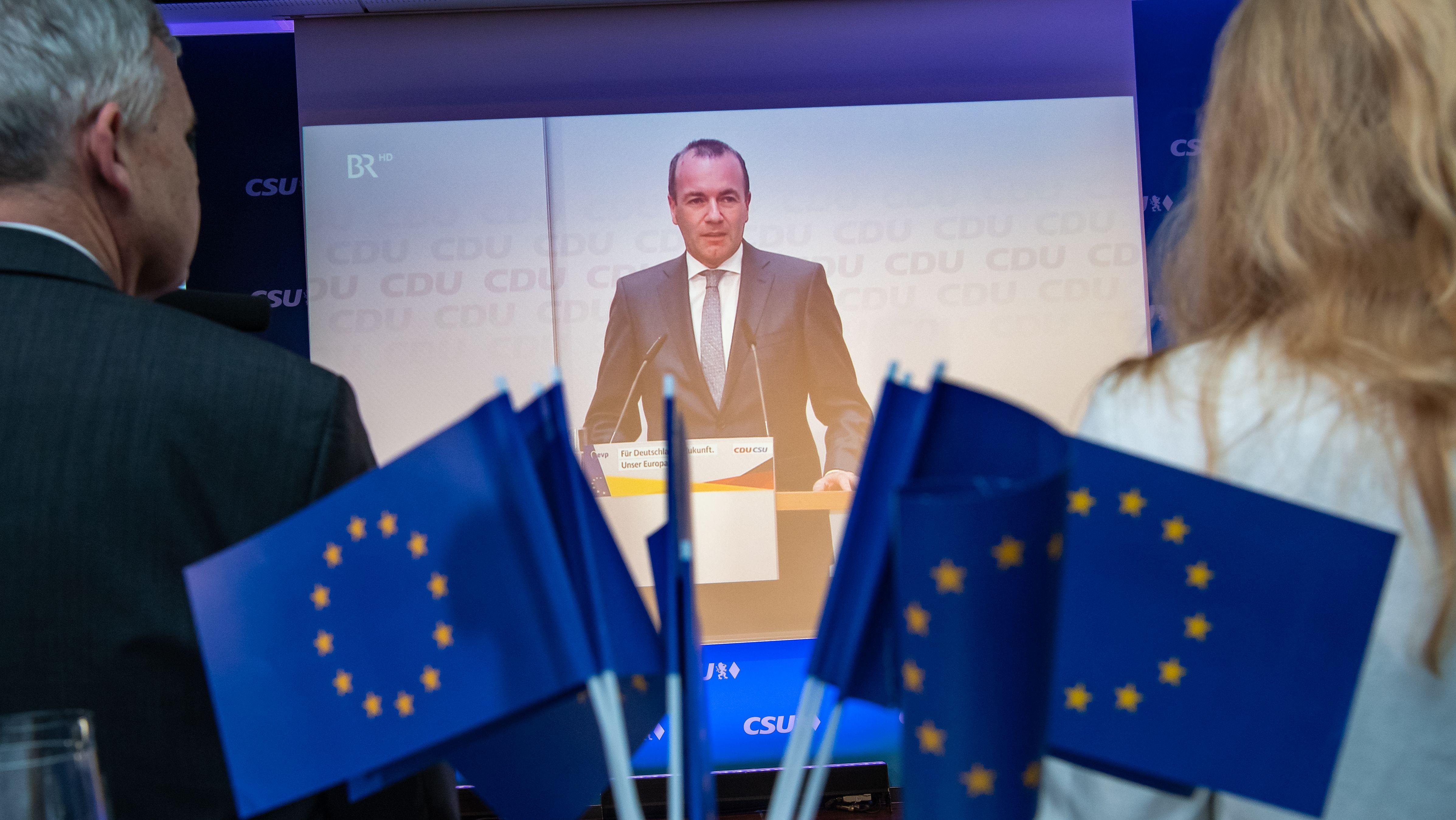 Manfred Weber ist auf der CSU-Wahlparty in München auf einem Monitor zu sehen
