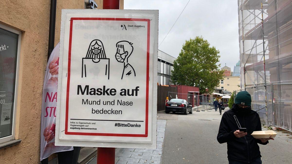 Corona-Hinweisschild in der Innenstadt von Augsburg