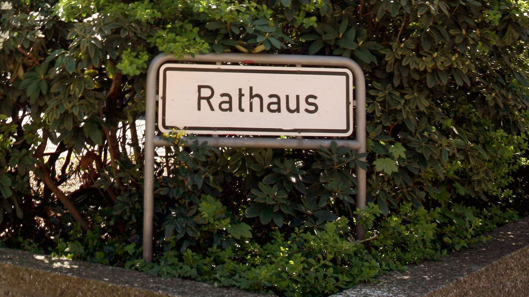 """Schild """"Rathaus"""" (Symbolbild)"""