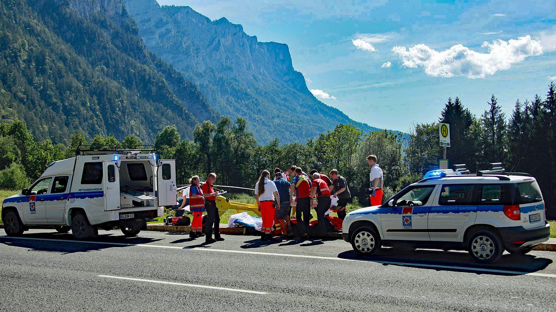 Ein 15-jähriger Mountainbiker ist bei der Abfahrt über die Röthelbach-Forststraße gestürzt und gegen eine Felswand geprallt.