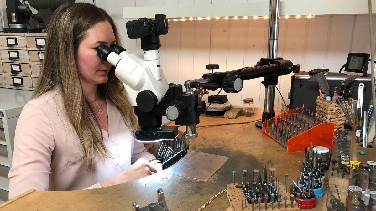 Unter dem Mikroskop bearbeitet die Goldschmiedin einen Brilliantring